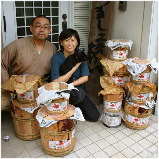 工房で貯蔵している国産漆の樽